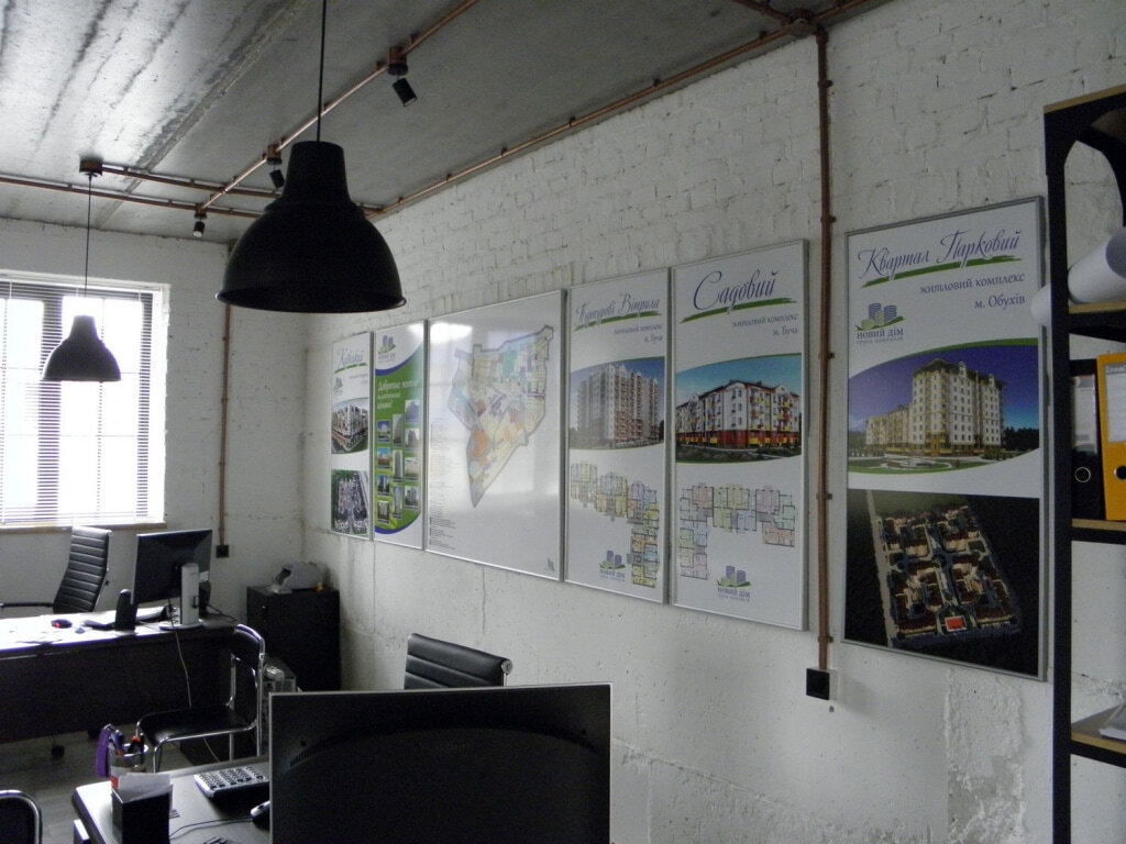 Плакаты на стене в офисе